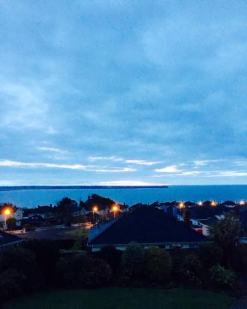 Tramore, Irlandia: A welcome sunrise @ Glenorney by the sea.