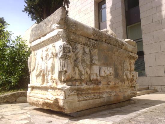 これが地面に埋まっていたなんてすごい!掘り出した人が・・・。 - Picture of Delphi ...