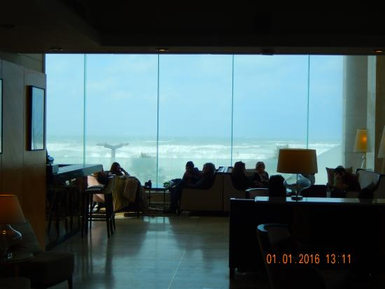 Park Plaza Orchid Tel Aviv: Холл отеля с видом на море