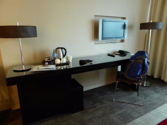 IBB Andersia Hotel: desk and TV in room