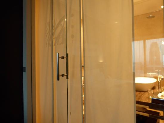IBB Andersia Hotel: glass bathroom with curtains
