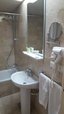Bella Riva: Standard Room Bathroom