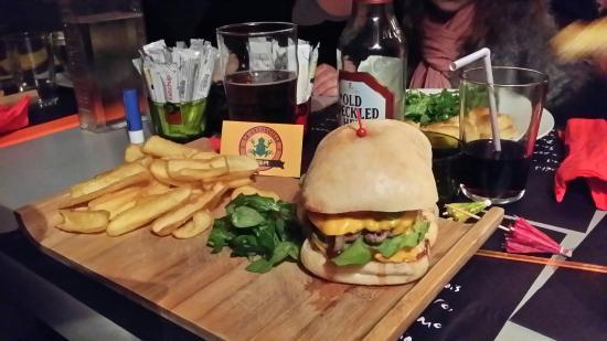 Gace, Frankrike: Un double cheese  (le meilleur que l'on puisse manger) et une bonne bière