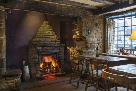 Helmsley, UK: Pickwick Bar Fireplace