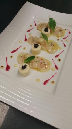 Restaurant Kasbur : carpaccio de saint jacques marinées au citron, crème Dubarry en chaud froid et caviar d'Aquitain