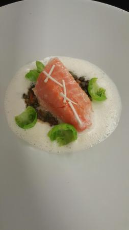 Monswiller, France : dos de saumon mi cuit, lentilles verte Du Puy, écume raifort et quelques feuilles de choux de Br