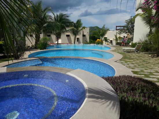 Tropical Gardens Suites & Apartments: Piscina principal