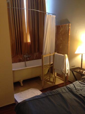 Bellas Artes Hotel: Bañera al lado de la cama