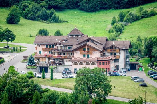 Tevini - Dolomites Charming Hotel: panoramica estate