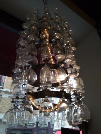 Lustre en verres picture of le baron rouge paris for Lustre rouge cuisine