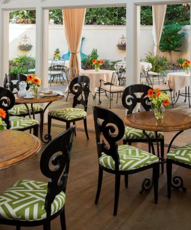Hampton's at JH Adams Inn: Outdoor Patio