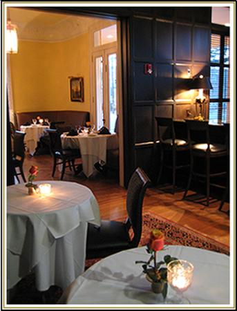 Hampton's at JH Adams Inn: Club Room and bar