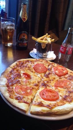 Athlone, Irlanda: Delicious pizza we enjoyed at the bar of the Radisson Blu.