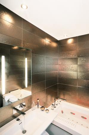 Hotel des Champs-Elysees: Salle de bain chambre Balnéo