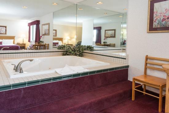 Baymont Inn & Suites Logan: jacuzzi tub