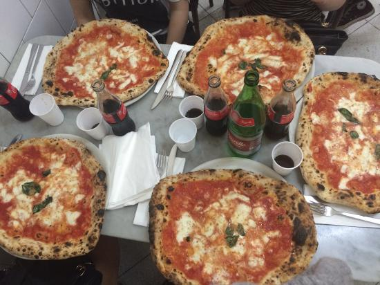 Pizza margherita picture of l 39 antica pizzeria da michele for Pizza pizzeria