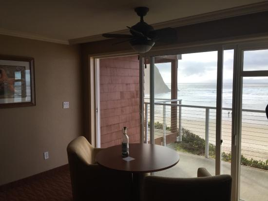 Hallmark Resort Cannon Beach: Cozy table and chairs with nice welcome gift from hotel