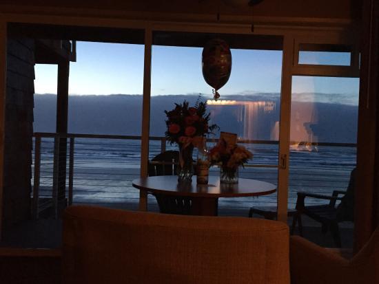 Hallmark Resort Cannon Beach: Evening view