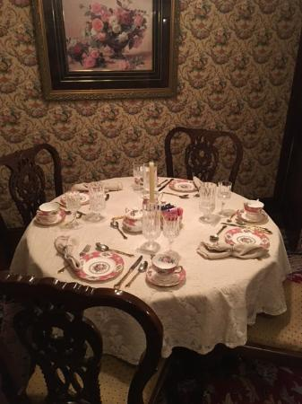The Inn & Spa at Intercourse Village: Smaller Dinning Table for 4