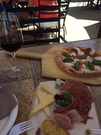 Kenwood, CA: Natalia's Blend/Artisan Cheese plate/Mhargerita Pizza