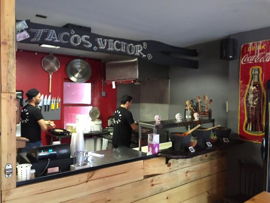 Tacos Victor: Counter