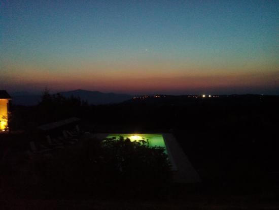 Montegabbione, Italia: Piscina al tramonto