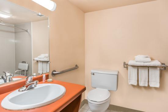 Super 8 Batavia: Accessible Bathroom