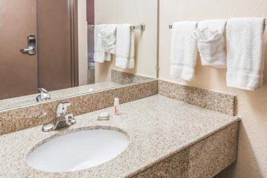 Super 8 Batavia: Standard Bathroom