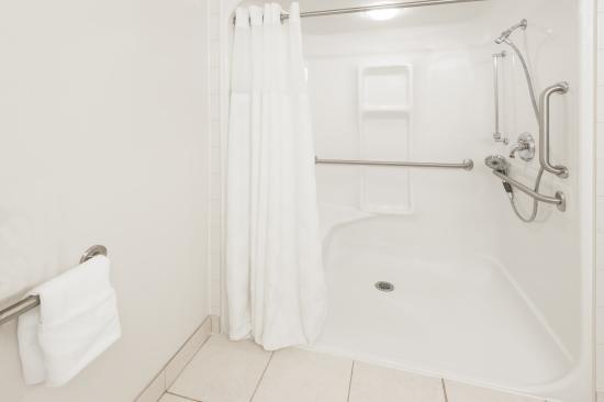 Ramada Cochrane: Accessible Washroom