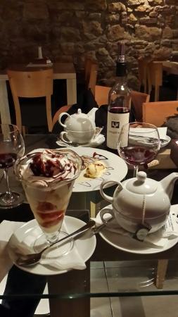 Luhacovice, República Checa: Десерт! Карамельный pohar и palachinky с травяным чаем. А вино...!!!! 😄