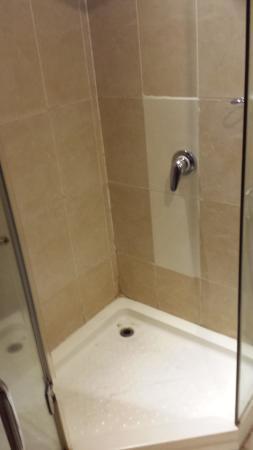 Prum Bayon Hotel: shower