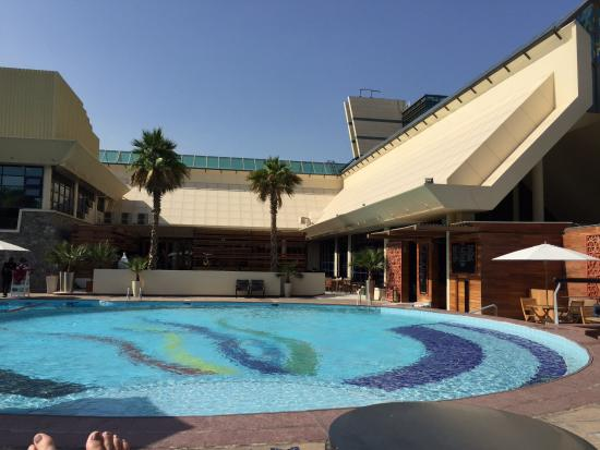 Jumeirah Creekside Hotel: Sunny day at pool