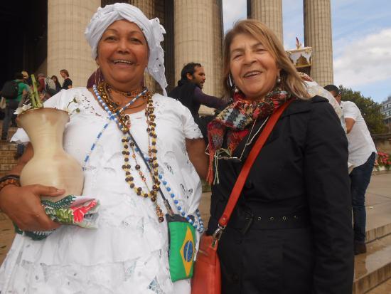 Paris Trip Tours : ceremonia a cargo de bahianos haciendo el labado de puertas