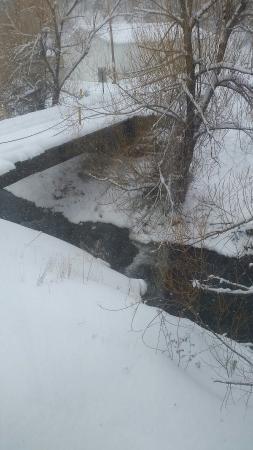 Deadwood Gulch Gaming Resort : Creek behind hotel.
