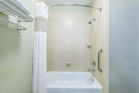 Days Inn & Suites Mineral Wells: bathroom