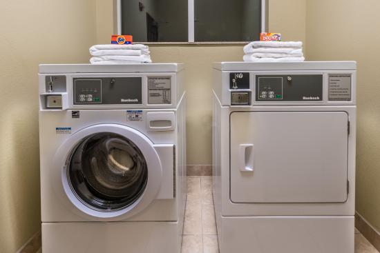 Days Inn & Suites Mineral Wells: Laundry Room