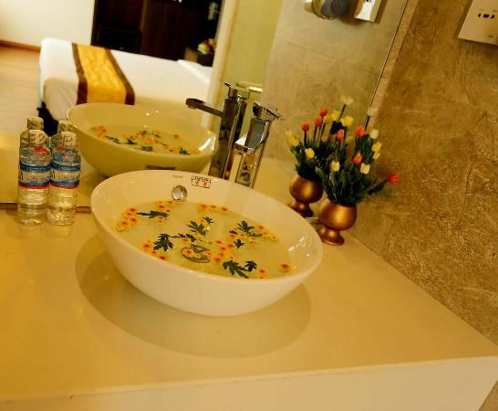 Gold Hotel: Washstand