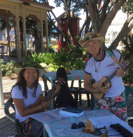 วานกาไร, นิวซีแลนด์: REVA restaurant hosted our Xmas Uke sing along... Kids loved it