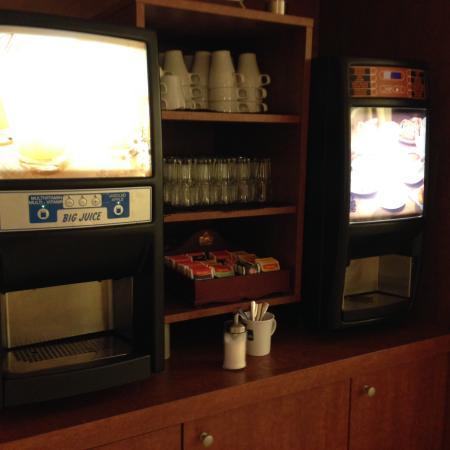 Domzale, Словения: Kaffee und Orangensaft kam aus unappetitlich aussehenden Maschinen