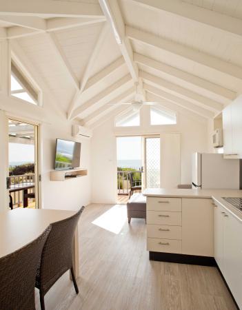 Bateau Bay, Australien: Beachfront Cabin living area