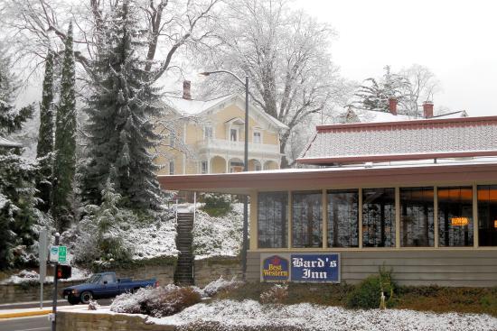 Bard's Inn: Street View breakfast room