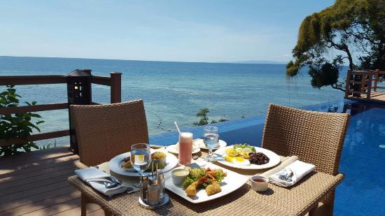 Eskaya Beach Resort & Spa: Breakfast by the Infinity Pool of the Presidential Villa