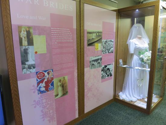 MacArthur Museum Brisbane: MacArthur Museum - Aussie brides for US GIs
