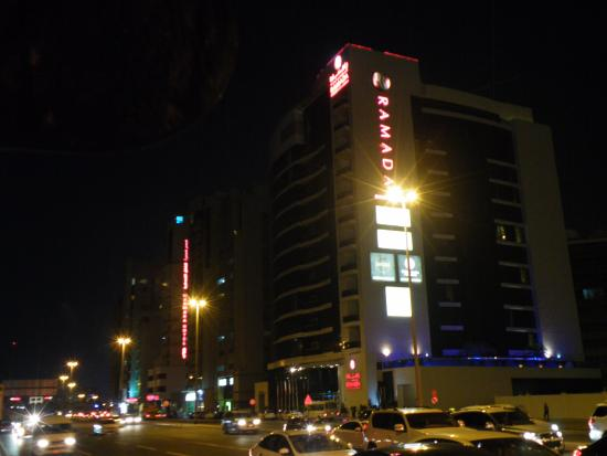 Ramada Chelsea Al Barsha: Hotel in de avond