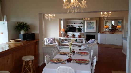 Lyell's  B&B: Communal dining room/lounge