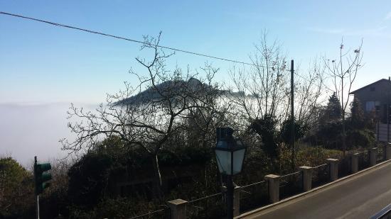 Montefiore Conca, Italie : Alla ricerca del sole sopra la nebbia