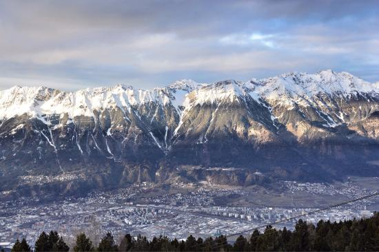 Patscherkofelbahnen: Spectacular views !  And a ski slope too with skiers...