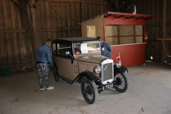 En gammel ambulance - Billede af Andelslandsbyen Nyvang, Holbæk - TripAdvisor