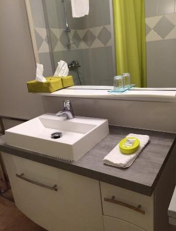 Lunel, Γαλλία: Salle de bains chambre Verveine