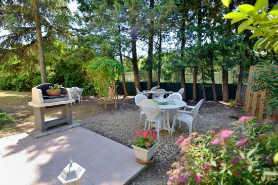 Lunel, France : Espace barbecue à disposition